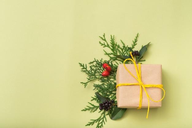 冬休みあり。おめでとうございます。ジュニパーの装飾。ギフト用の箱。