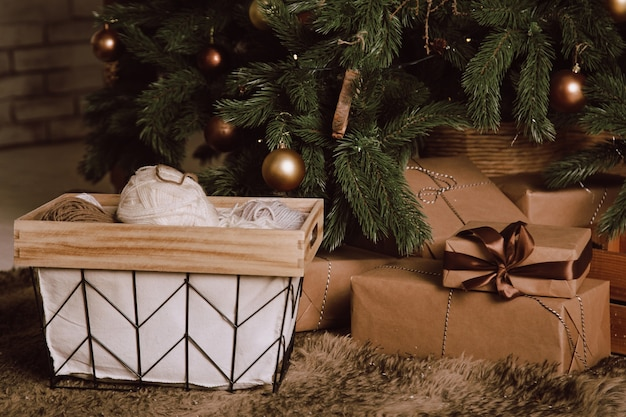 Подарки к зимним праздникам под елкой. крупный план.