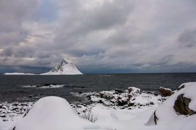 Зима на пляже блейк, северные лофотенские острова, норвегия.
