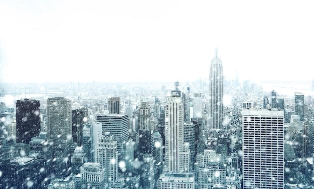 Зима в нью-йорке. падает снег в нью-йорке. зимний манхэттен под снегопадом
