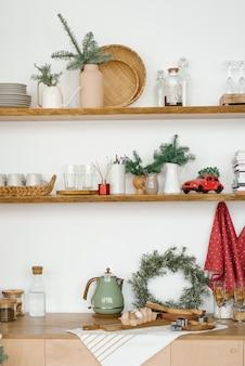 Зимняя кухня с красными и бирюзовыми украшениями новогодняя кухонная утварь