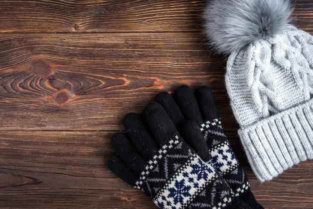 겨울 니트 모자와 장갑 어두운 나무에.