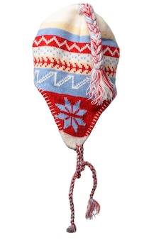 Зимняя вязаная красно-белая шапка с помпоном на белом фоне, удобная одежда