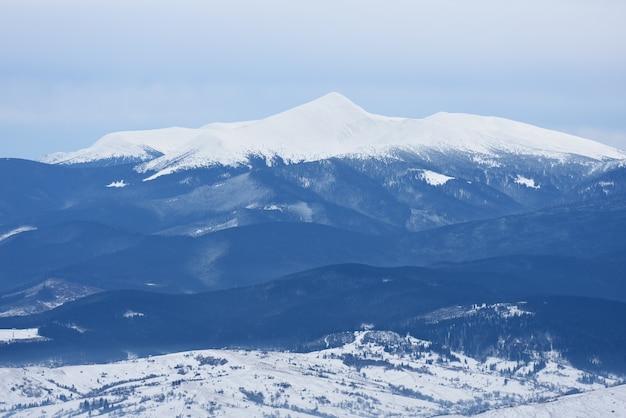 겨울 풍경 흐린 날입니다. 눈 속에서 산 정상입니다. hoverla 산, carpathian mountains, 우크라이나의 전망