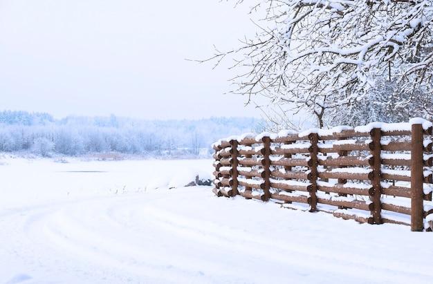 Зимний пейзаж, забор деревянного леса, деревья, покрытые снегом