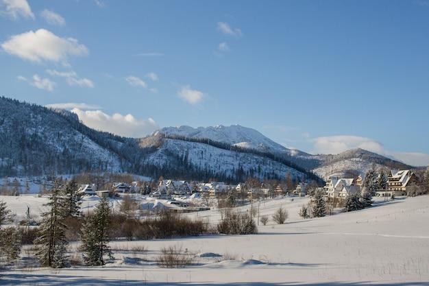 Зимний пейзаж в косцелиско, татры, польша