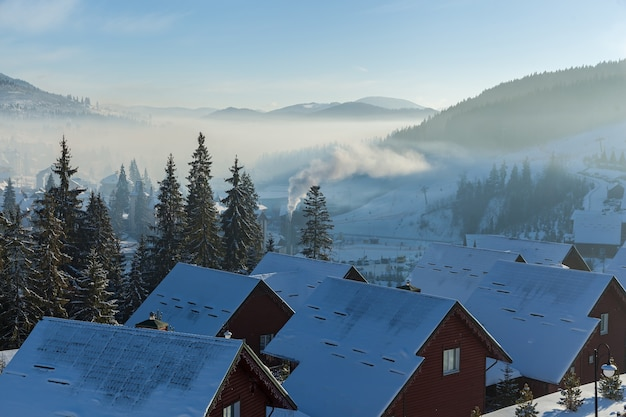ブコベルの山のスキーリゾート、ブコベルの家、ホテル、ショップ、道路の冬の風景