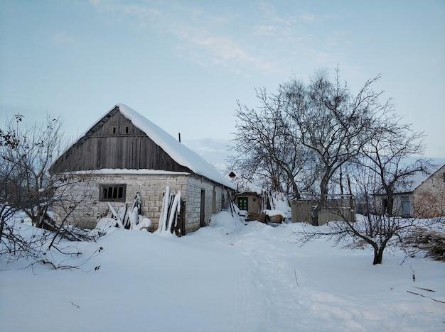 Зимний пейзаж в деревне. улица в деревне в снегу после снегопада.