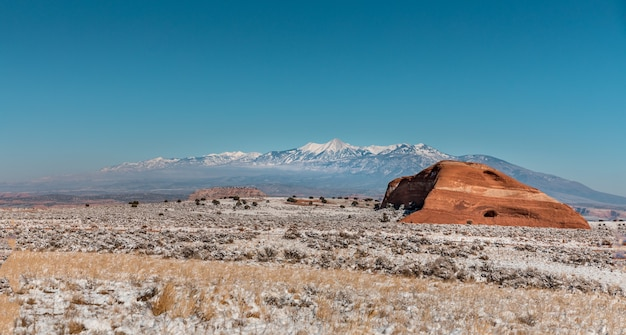 Зимний пейзаж в юте с заснеженными лугами