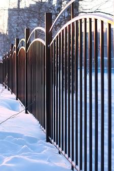 석양에 겨울 풍경 철 울타리