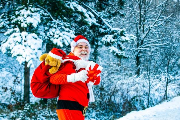 サンタクロースと森と雪の冬の風景大きなバッグとサンタクロース新年クリスマスコン...
