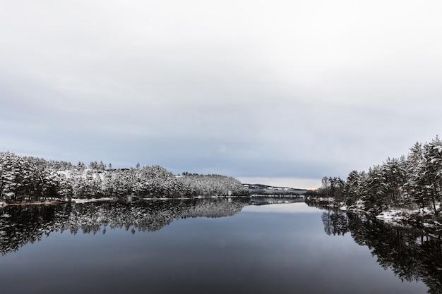 冬の風景、ノルウェー南部、オトラ川のオープンウォーター