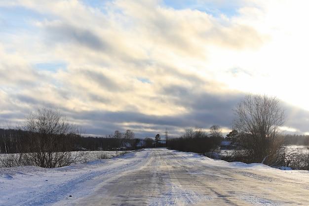 Зимний пейзаж заснеженные просторы. парк зимой в снегу. дорога в зимний день.