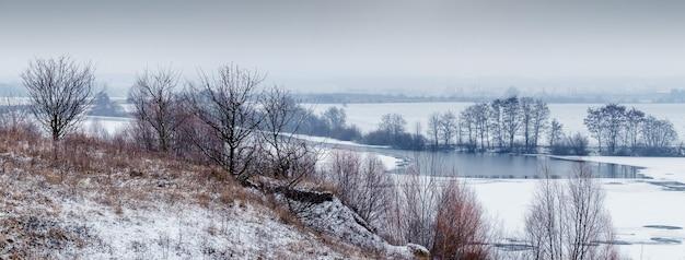 Зимний пейзаж с видом на реку со скал, панорама. деревья у реки зимой