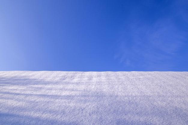 青い空と冬の風景