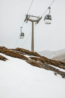 ケーブルカーのある冬の風景
