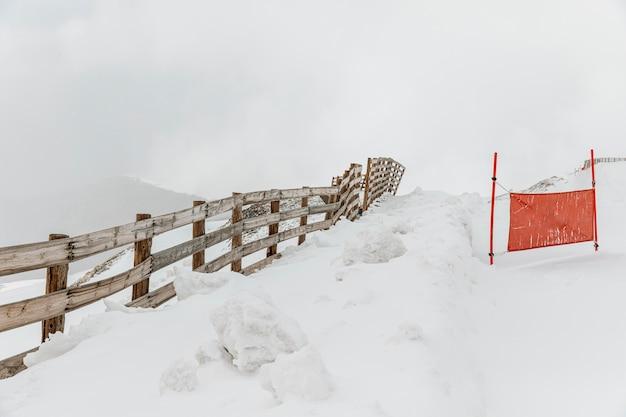 フェンスのある冬の風景