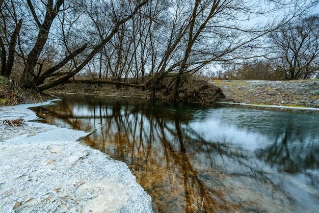 얼어 붙은 강 겨울 풍경