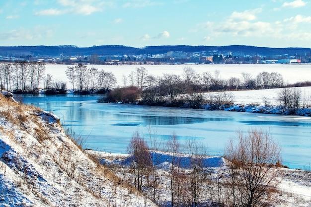 Зимний пейзаж с рыбками в сонную погоду