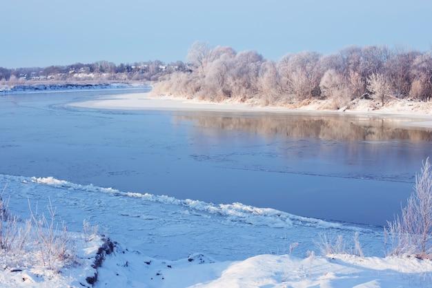 川のある冬の風景