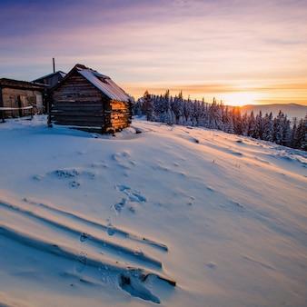 산에 눈이 겨울 풍경