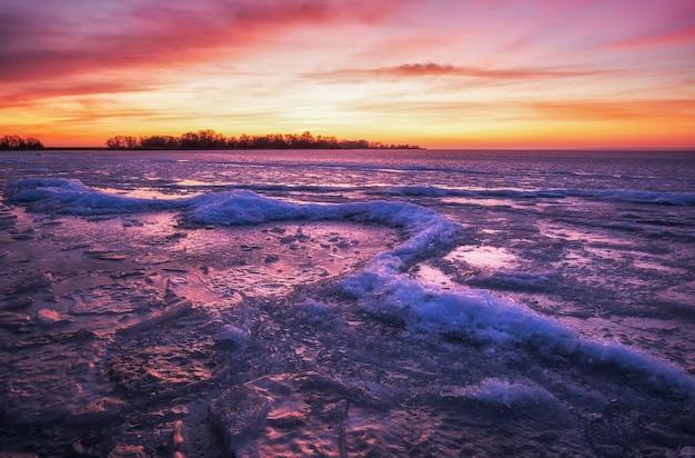 일몰 불 같은 하늘 겨울 풍경입니다. 자연의 구성.