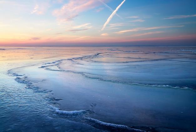 夕焼け空と冬の風景。自然の構成。