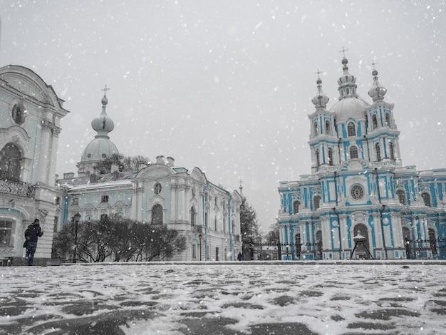 サンクトペテルブルクのスモルニー大聖堂のある冬の風景。ロシア。