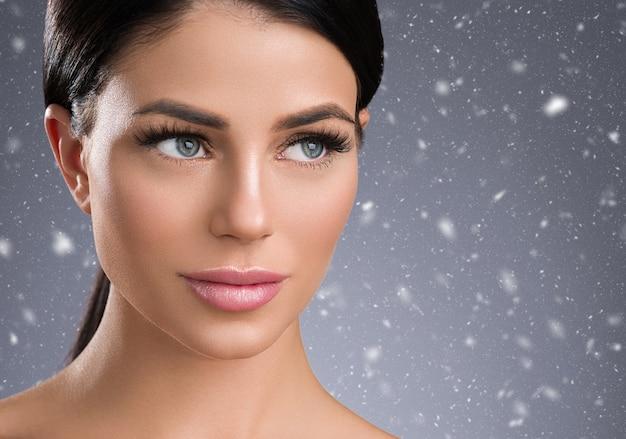 겨울 속눈썹 확장 여자 눈 매크로 아름다움입니다. 스튜디오 촬영.