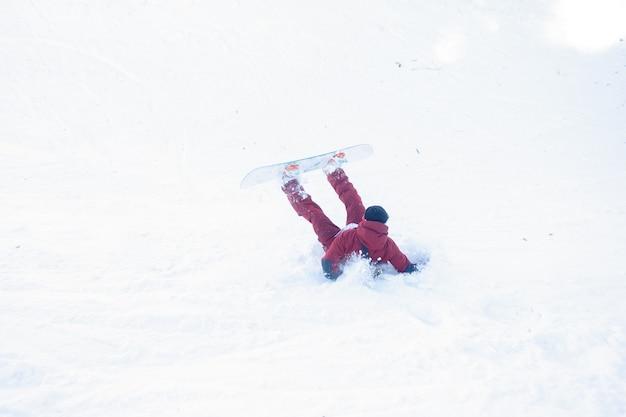 겨울, 레저, 스포츠, 사람 개념 - 스노보더가 눈에 추락했습니다. 스노 보더는 신선한 눈에 빠진다