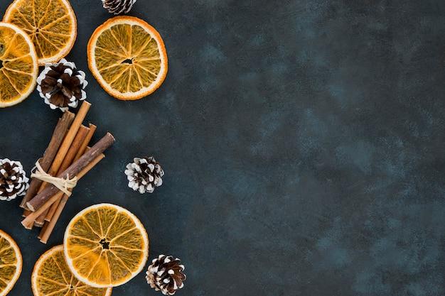Зимние ломтики лимона и булочки с корицей копируют пространство