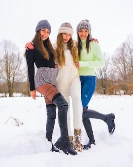 冬のライフスタイル、冬の服装と雪を楽しむウールの帽子を持つ3人の美しい白人の友人、自然の中での休日