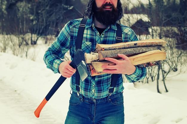 冬の男の斧の木