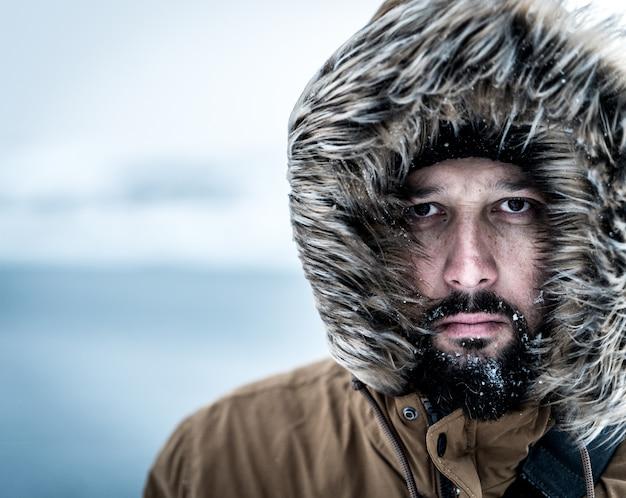 冬の男は肖像画をクローズアップ