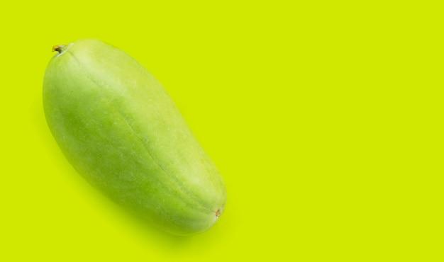 緑の背景に冬のメロン。上面図