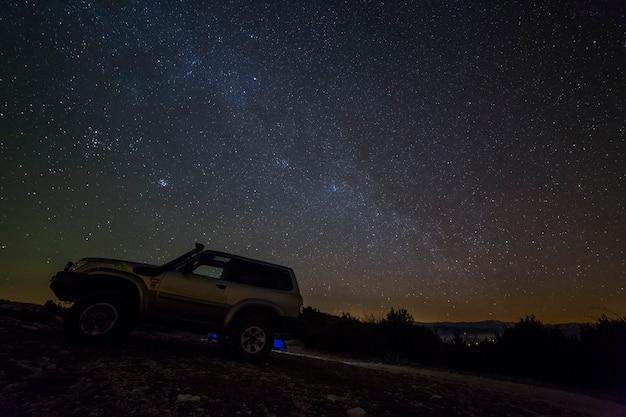スペイン、レリダ、セラデルモンセックの冬の天の川と4x4車