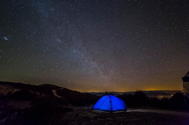 冬の天の川とセラデルモンセクリェイダスペインのテントtienda decampaña