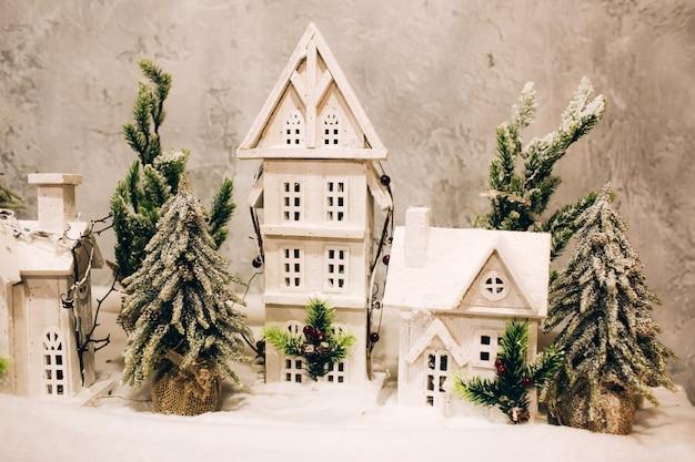 モミの木と雪の中で冬のミニチュア家