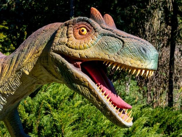 Зимняя модель динозавра голова мегалеса во время снегопада заснеженная дорога в лесу