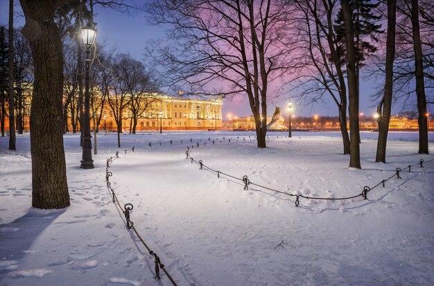 Зимнее утро в александровском саду у памятника петру великому в санкт-петербурге.