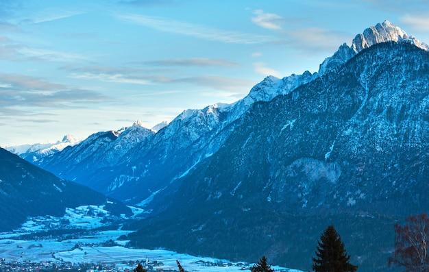 谷(オーストリア)の村と冬の朝の山の田舎の風景。