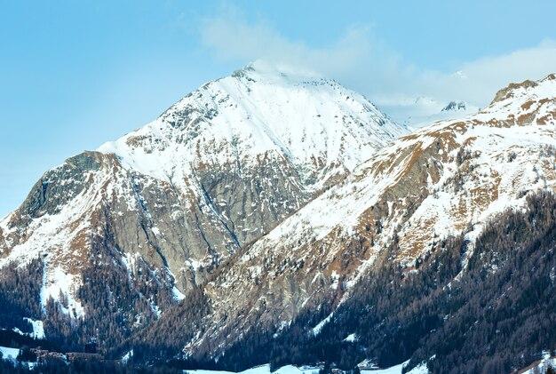 斜面に森のある冬の山岳地帯の風景(オーストリア)。