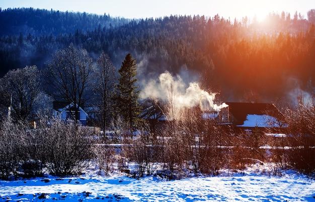 Зимний горный лес. замечательный зимний пейзаж. снежные горы и прекрасное голубое небо