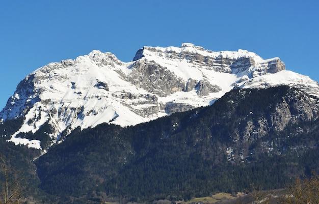 Зимний горный пейзаж во французских альпах