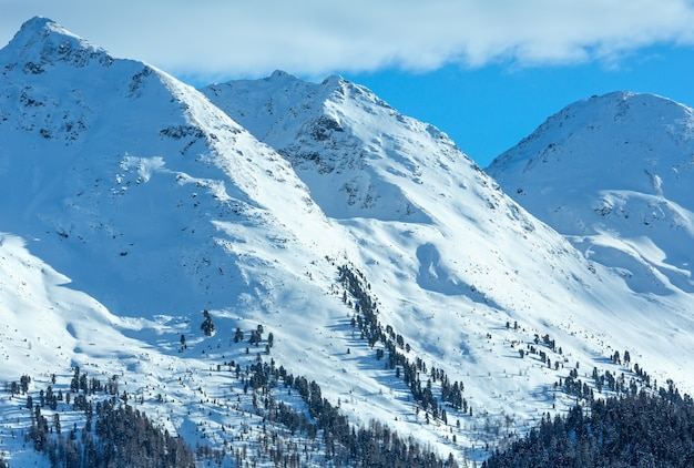 冬の山の風景。オーストリアのチロル山脈にあるカップル スキー地域。