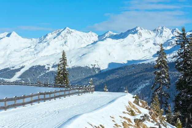 冬の山の風景。オーストリア、チロリアン山脈のカップルスキー地域。