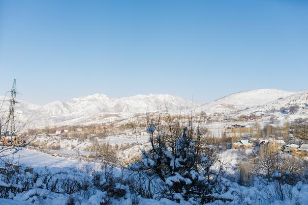 ウズベキスタンの天山山脈の冬の山の風景
