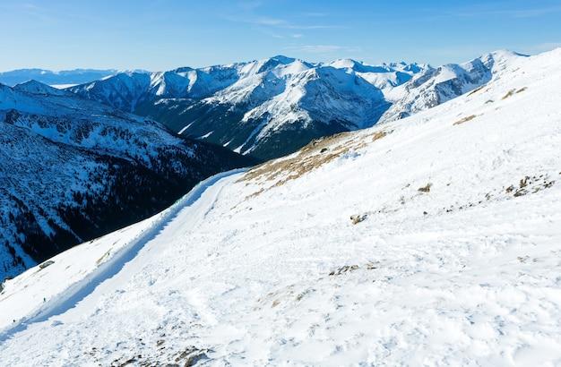 Зимний горный пейзаж. каспровы верх в западных татрах (польша).