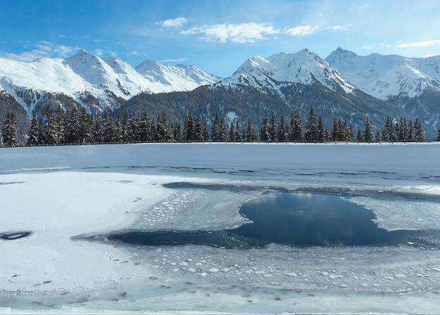 湖のある冬の山の風景。オーストリアのチロル山脈にあるカップル スキー地域。
