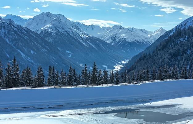 湖と冬の山の風景。オーストリア、チロリアン山脈のカップルスキー地域。